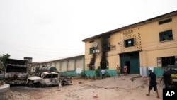 Des véhicules incendiés devant une prison à Owerri, au Nigeria, le 5 avril 2021, après que des centaines de détenus se soient évadés de l'établissement.