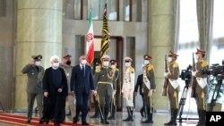 PM Irak Mustafa al-Kadhimi (keempat dari kiri), disambut barisan kehormatan saat diterima oleh Presiden Hassan Rouhani (kedua dari kiri) setibanya di Teheran, Iran, di tengah pandemi Covid-19, 21 JUli 2020. (Iranian Presidency Office via AP)