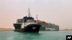 Sebuah kapal peti kemas yang termasuk terbesar di dunia telah kandas dan menghambat seluruh lalu lintas pelayaran di Terusan Suez Mesir. (Foto: AP)