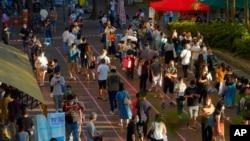 香港选民排队参加泛民主派举行的立法会选举初选的投票。(2020年7月12日)