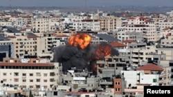 Plamen i dim uzdižu se tokom izraelskog vazdušnog napada, tokom izraelsko-palestinskog sukoba, u gradu Gazi, 14. maja 2021.