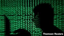 Un hombre sostiene una computadora portátil mientras el código cibernético se proyecta sobre él en esta imagen de ilustración.