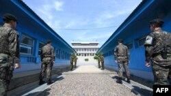 韩国和朝鲜的军人在板门店联合安全区执勤
