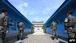南北韓雙方軍人在板門店聯合安全區執勤。