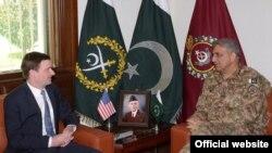 امریکایي سفیر ډیوډ هیل دپاکستان دپوځ سرلښکر سره لیدنه کوي
