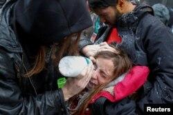 Una mujer es atendida luego de ser afectada por gas pimienta durante las protestas anti-Trump en Washington.