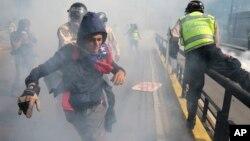 Maduro, acusó el domingo a manifestantes opositores de quemar a un joven por pensar que no pertenecía a sus filas, tras una nueva jornada de las protestas contra su gobierno.
