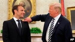Le président Donald Trump et le président français Emmanuel Macron discutent dans le bureau ovale de la Maison Blanche à Washington, le 24 avril 2018.