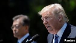 Tổng thống Mỹ Donald Trump (phải) và Tổng thống Hàn Quốc Moon Jae-in ra tuyên bố chung trong Vườn Hồng của Tòa Bạch Ốc ở Washington, ngày 30 tháng 6, 2017.
