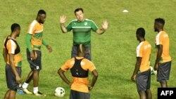 Marc Wilmots entouré des joueurs ivoiriens au stade Félix Houphouët-Boigny, Abidjan, le 3 octobre 2017