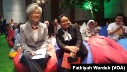 Menteri Luar Negeri Republik Indonesia, Retno Marsudi, bersama dengan Menteri Luar Negeri Korea Selatan, Kang Kyung-wha, bertemu dengan kaum milenial di Kementrian Luar Negeri Republik Indonesia, Senin (8/4) (foto: VOA/Fathiyah Wardah)