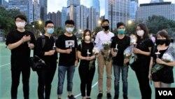 流亡英國的前香港眾志創黨主席羅冠聰(左二),5月6日在社交網站上傳 去年與黃之鋒(左三起)、袁嘉蔚、朱凱迪、何桂藍、梁凱晴及張崑陽(左一) 參與六四燭光集會的照片。 (羅冠聰社交網站圖片)