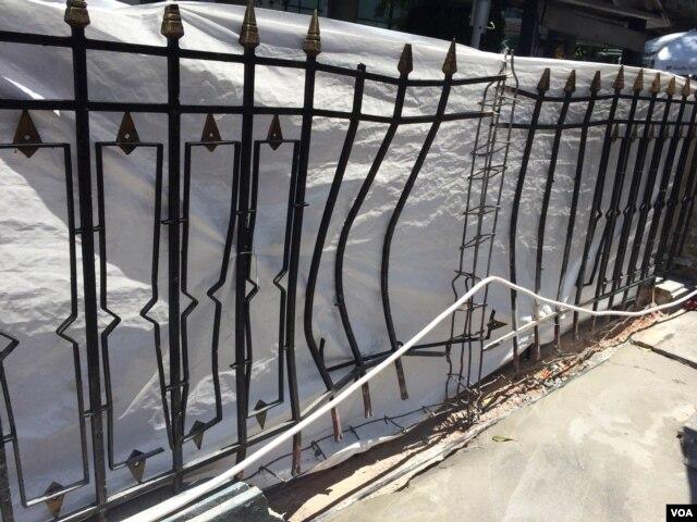 Các hàng rào gần ngôi đền Erawan bị méo mó vì sức công phá của vụ nổ bom. (Ảnh: Steve Herman - VOA).