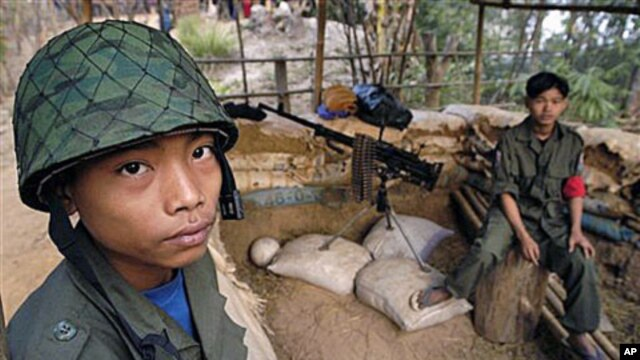 Two young ethnic Karen boys guard a military post at New Manerplaw, Burma, Jan 31, 2004 (File Photo)
