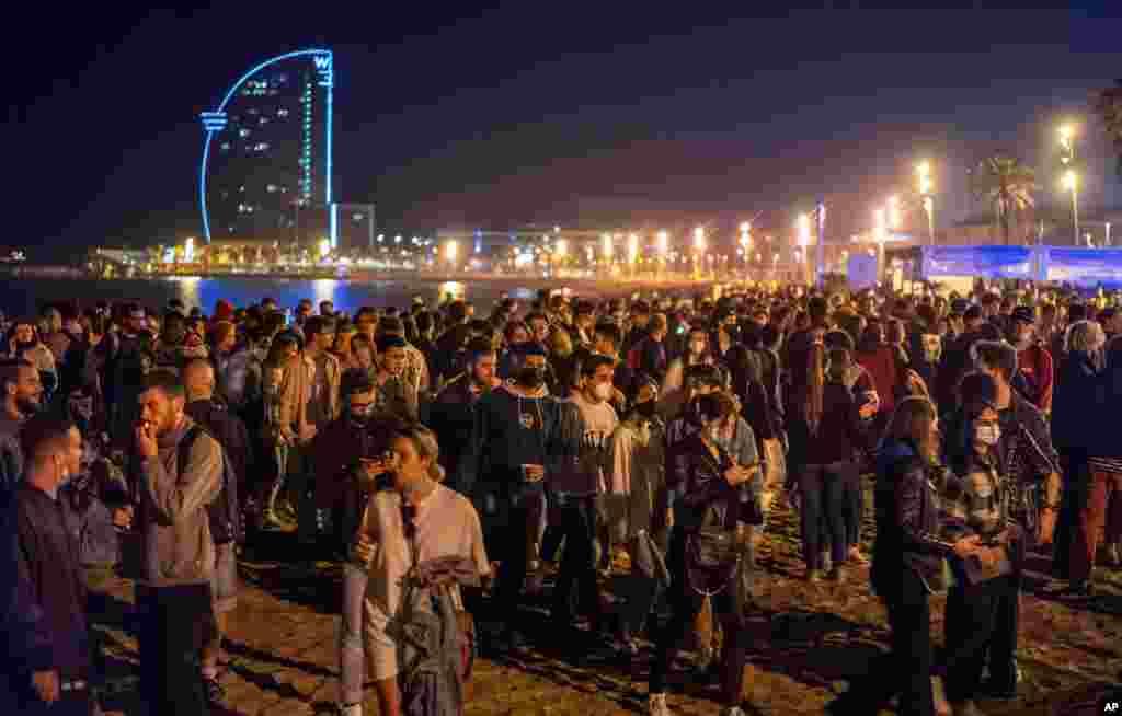 스페인에서 신종 코로나바이러스 확산을 막기 위해 6개월간 실행 했던 비상 사태가 해제된 뒤 바르셀로나 주민들이 해변에 모여들었다.