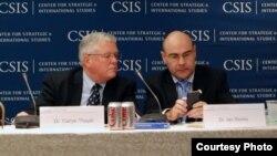Giáo sư Carl Thayer (trái) tại một hội nghị về Biển Ðông tại Trung tâm Nghiên cứu Chiến lược và Quốc tế vào năm 2011. (Courtesy Photo)