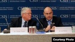 Giáo sư Carl Thayer (trái) tại Hội nghị Biển Ðông USCIS