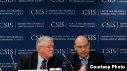 Giáo sư Carl Thayer (trái) tại Hội nghị về Biển Đông của USCIS