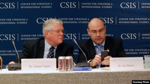 Giáo sư Carl Thayer (trái) dự hội nghị về Biển Đông