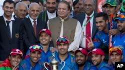 تیم ملی کرکت افغانستان پس از پیروزی در مسابقۀ با تیم ملی پاکستان با رهبران دو کشور عکس می گیرند.