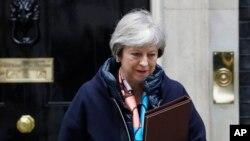 លោកស្រី Theresa May នាយករដ្ឋមន្ត្រីអង់គ្លេសចាកចេញពីអគារDowning Street ដើម្បីចូលរួមកិច្ចប្រជុំសភាសម្រាប់សេចក្តីថ្លែងការណ៍ Chancellors Spring Statement នៅក្នុងក្រុងឡុងដ៍ កាលពីថ្ងៃទី១៣ ខែមីនា ឆ្នាំ២០១៨។