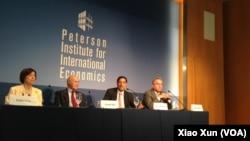 哈佛大學政治學家約瑟夫奈(左2)、經濟學家薩勃拉曼尼亞(右2)和前負責亞太事 務的助理國務卿坎貝爾在彼得森國際經濟研究所討論美中關係。(美國之音資料照片)