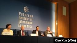 哈佛大学政治学家约瑟夫•奈(左2)、经济学家萨勃拉曼尼亚(右2)和前负责亚太事务的助理国务卿坎贝尔在彼得森国际经济研究所讨论美中关系。(美国之音萧洵摄)
