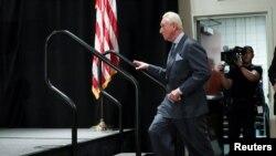 Rodžer Stoun, dugogodišnji saradnik predsednika Trampa dolazi na pres konferenciju u Vašingtonu.