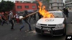 Manifestantes enmascarados lanzaron cócteles molotov y fuegos artificiales contra la policía en Ciudad de México.