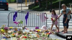 Жители Шарлоттсвилля возлагают цветы к месту смерти Хизер Хейер