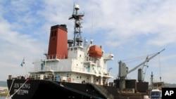 4일 필리핀 마닐라 북서부 수빅 만에서 북한 선박 진톙 호가 검문검색을 위해 정박해 있다.