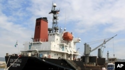 지난 4일 북한 선박 진텅 호가 필리핀 마닐라 북서부 수빅 만에서 검문검색을 받기 위해 정박해 있다. (자료사진)