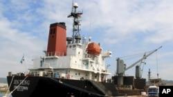 4일 필리핀 마닐라 북서부 수빅 만에서 북한 선박 진텅 호가 검문검색을 위해 정박해 있다.