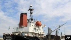 4일 필리핀 마닐라 북서부 수빅 만에 북한 선박 진텅 호가 검문검색을 위해 정박해 있다.