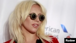 Lady Gaga berpose sebelum upacara penghargaan Songwriters Hall of Fame di New York (18/6).