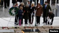 Miembros de la familia Kennedy honran la memoria del presidente John F. Kennedy en el cementerio de Arlington.