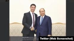 Ông Philipp Rösler chụp ảnh với Thủ tướng Việt Nam Nguyễn Xuân Phúc.