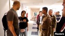 رهف محمد القنون (دوم از چپ) در دفتر پلیس مهاجرت تایلند