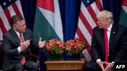 Le président américain Donald Trump, à droite, écoute le roi Abdallah II de Jordanie faire une déclaration à la presse avant une réunion au Palace Hotel lors de la 72ème Assemblée générale des Nations Unies, New York, 20 septembre 2017.
