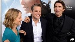 """De izquierda a derecha, Jodie Foster, Matt Damon y Sharito Copley, actores de la película """"Elysium""""."""