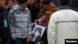 중국 상하이에서 발생한 압사 사고 희생자 유가족들이 지난 6일 추모 행사에서 슬퍼하고 있다.