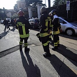 Italian firefighters stand in front of the Swiss Embassy in Rome. A parcel bomb exploded in the Swiss Embassy in Rome, 23 Dec 2010.
