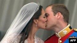 Ðôi tân hôn trao đổi nụ hôn trên bao lơn điện Buckingham