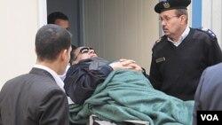 Mantan Presiden Hosni Mubarak yang sakit, diangkut menuju ke pengadilan di ibukota Kairo, Mesir (2/1).