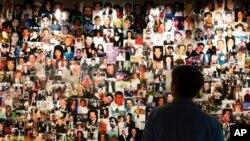 资料照片:2021年8月6日在纽约的9/11博物馆,9/11 世贸中心袭击幸存者德西雷·布沙 (Désirée Bouchat) 看着遇难者的照片。