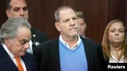 El productor cinematográfico Harvey Weinstein (centro), y su abogado Benjamin Brafman (izq.) en la Corte Penal de Manhattan, durante la instrucción formal de cargos contra el productor. Mayo 25 de 2018.