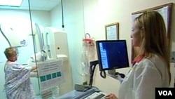 Seorang perempuan sedang menjalani tes pemeriksaan payudara, mammogram.