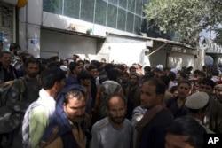 Afganistanci satima čekaju u dugim redovima ispred banke kako bi pokušali podići novac, Kabul, Afganistan, 15. august 2021.