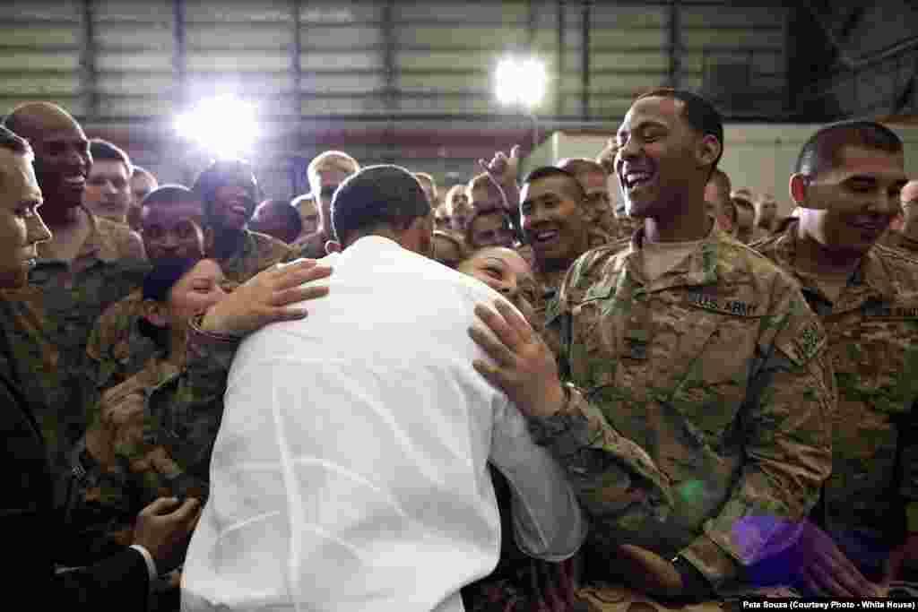 Le président Obama serre dans ses bras un soldat de l'armée américaine, en Afghanistan, le 1 mai 2012.