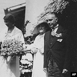 罗斯福总统夫人伊莲娜.罗斯福1934年在多米尼加共和国与该国总统拉斐尔.特鲁希略与夫人在一起